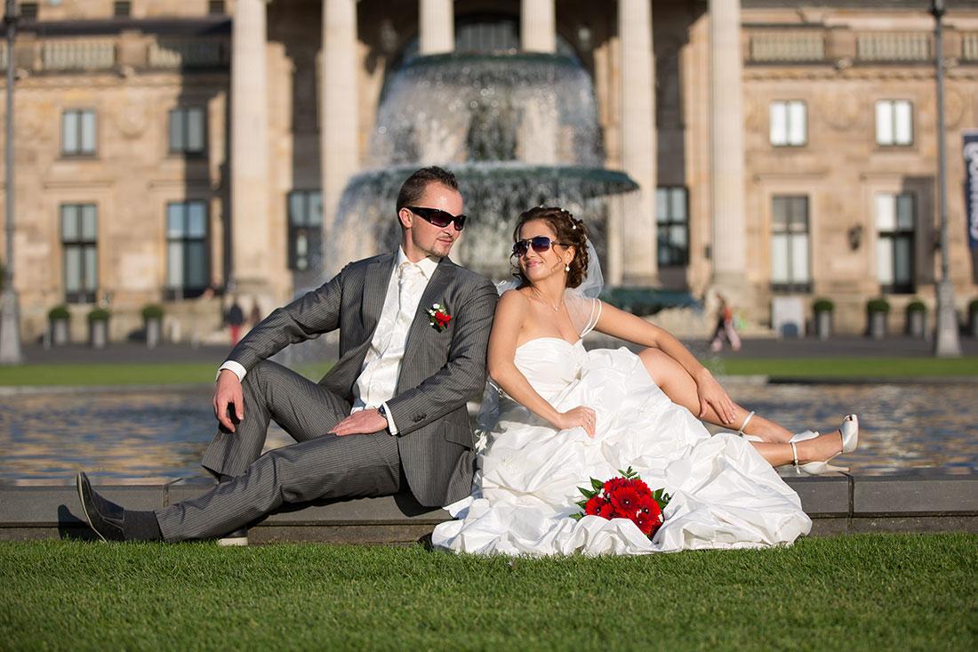 Hochzeit-Kurpark-Wiesbaden-Hochzeitskleid-offene-Beine-Kurhaus-Sonnenbrille-Sergej-Metzger-Hochzeitsvideo-Hannover-Hildesheim