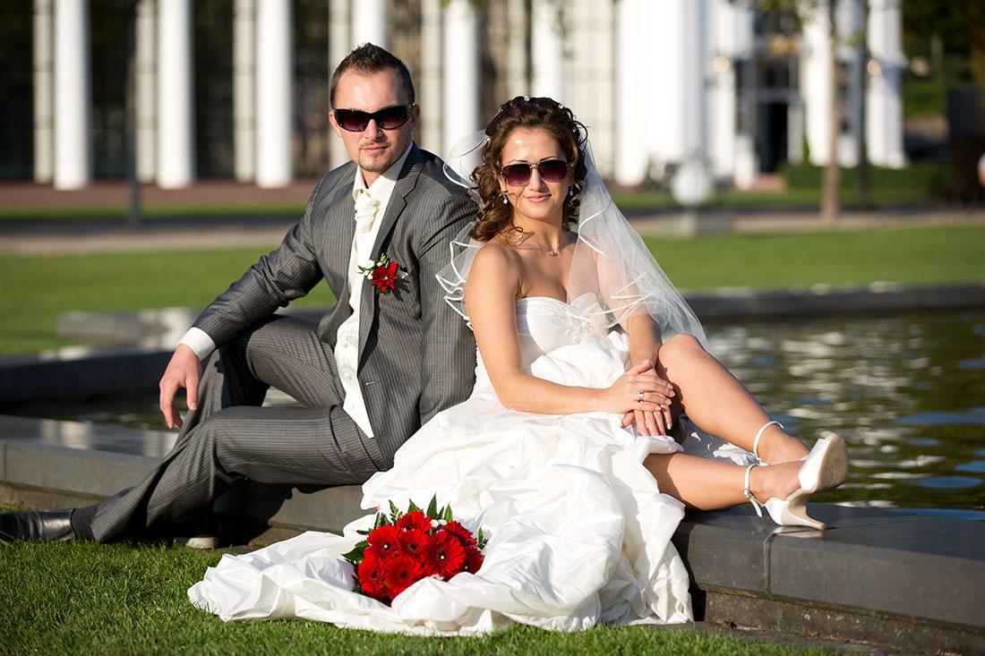 Hochzeit-Kurpark-Wiesbaden-Hochzeitskleid-offene-Beine-Sonnenbrille-Spaß-Sergej-Metzger-Hochzeitsvideo-Hannover-Hildesheim