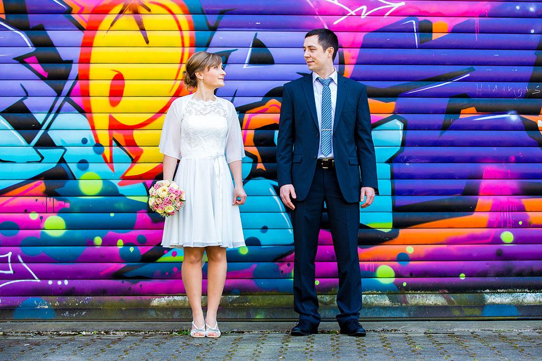 Hochzeit-Limburg-Brautpaar-Graffiti-Wand-farben-Farbenfroh-bunt-Sergej-Metzger-Hochzeitsvideo-Fotograf-Hannover-Hildesheim