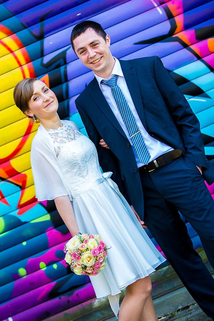 Hochzeit-Limburg-Brautpaar-glücklich-Graffiti-Wand-farben-Farbenfroh-bunt-Sergej-Metzger-Hochzeitsvideo-Fotograf-Hannover-Hildesheim