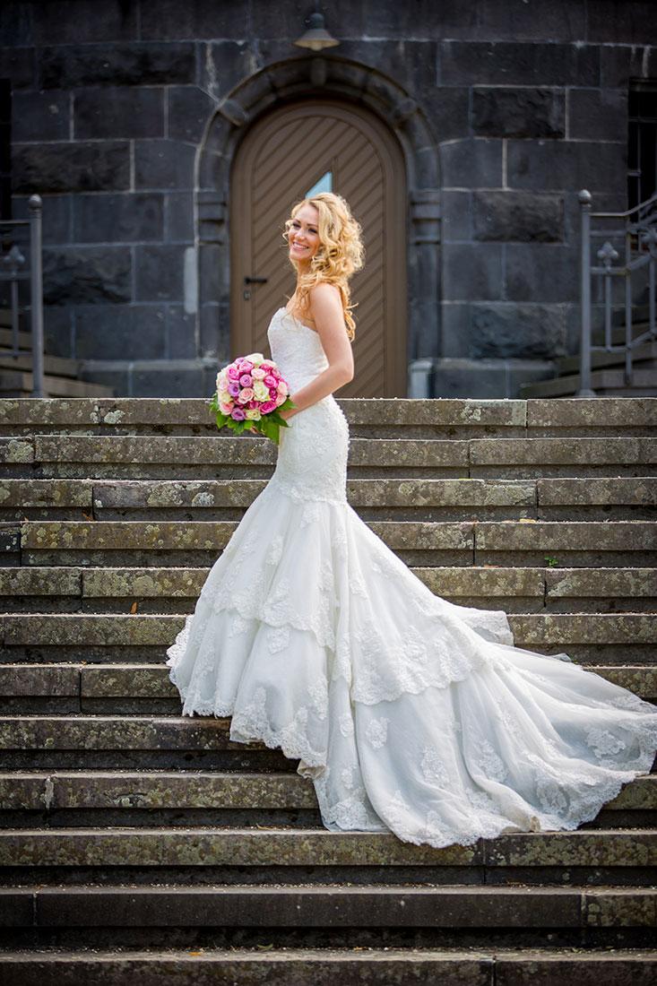 Hochzeit-Mainz-after-wedding-Schloss-Waldthausen-Braut-Treppen-lange-Schleppe-Locken-Sergej-Metzger-Hochzeitsvideo-Hannover