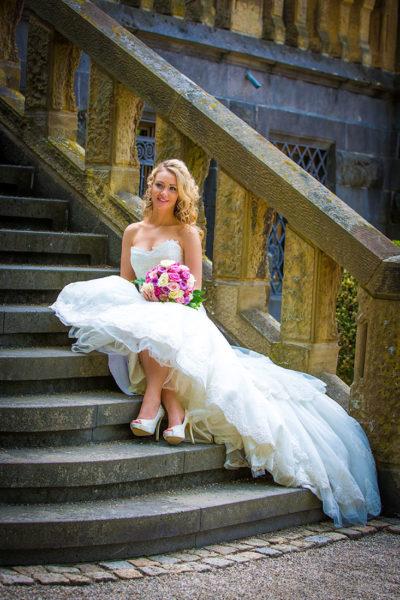 Hochzeit-Mainz-after-wedding-Schloss-Waldthausen-Braut-sitzt-auf-Trappen-Schleppe-Sergej-Metzger-Hochzeitsvideo-Hannover