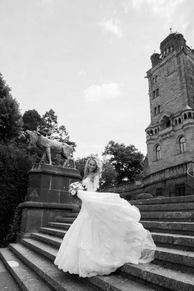 Hochzeit-Mainz-after-wedding-Schloss-Waldthausen-Braut-tanzt-Treppen-Sergej-Metzger-Hochzeitsvideo-Hannover