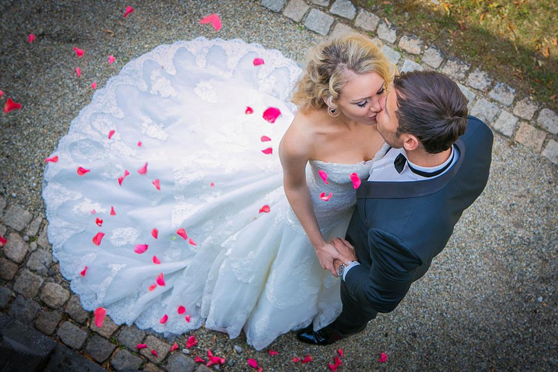Hochzeit-Mainz-after-wedding-Schloss-Waldthausen-Brautpaar-Rosenblätter-Kuss-küssen-Sergej-Metzger-Hochzeitsvideo-Hannover