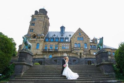 Hochzeit-Mainz-after-wedding-Schloss-Waldthausen-Weitwinkel-Brautpaar-Treppen-Sergej-Metzger-Hochzeitsvideo-Hannover
