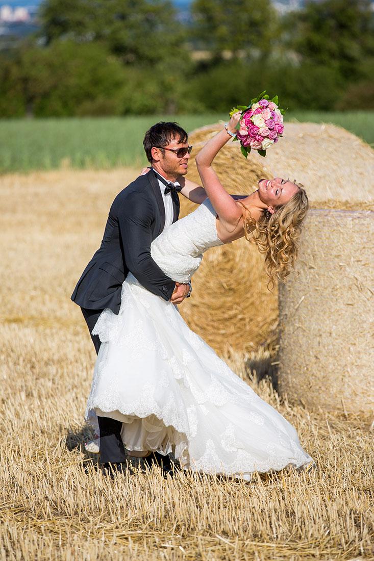 Hochzeit-Mainz-after-wedding-glückliches-Brautppar-haben-Spaß-Feld-Strohballen--Sergej-Metzger-Hochzeitsvideo-Hildesheim