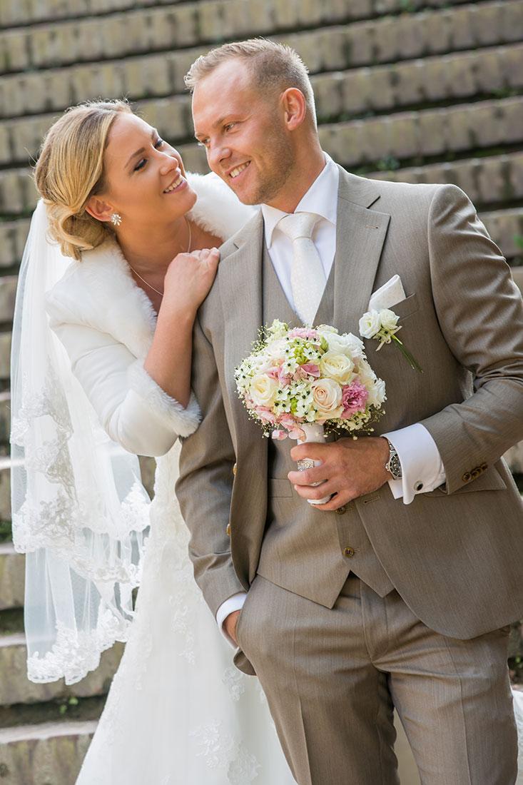 Hochzeit-Mathildenhöhe-Orangerie-Darmstadt-Brautpaar-Bräutigam-hällt-Blumenstrauß-Sergej-Metzger-Hochzeitsvideo-in-Hannover-Fotograf-Hochzeit-Hildesheim