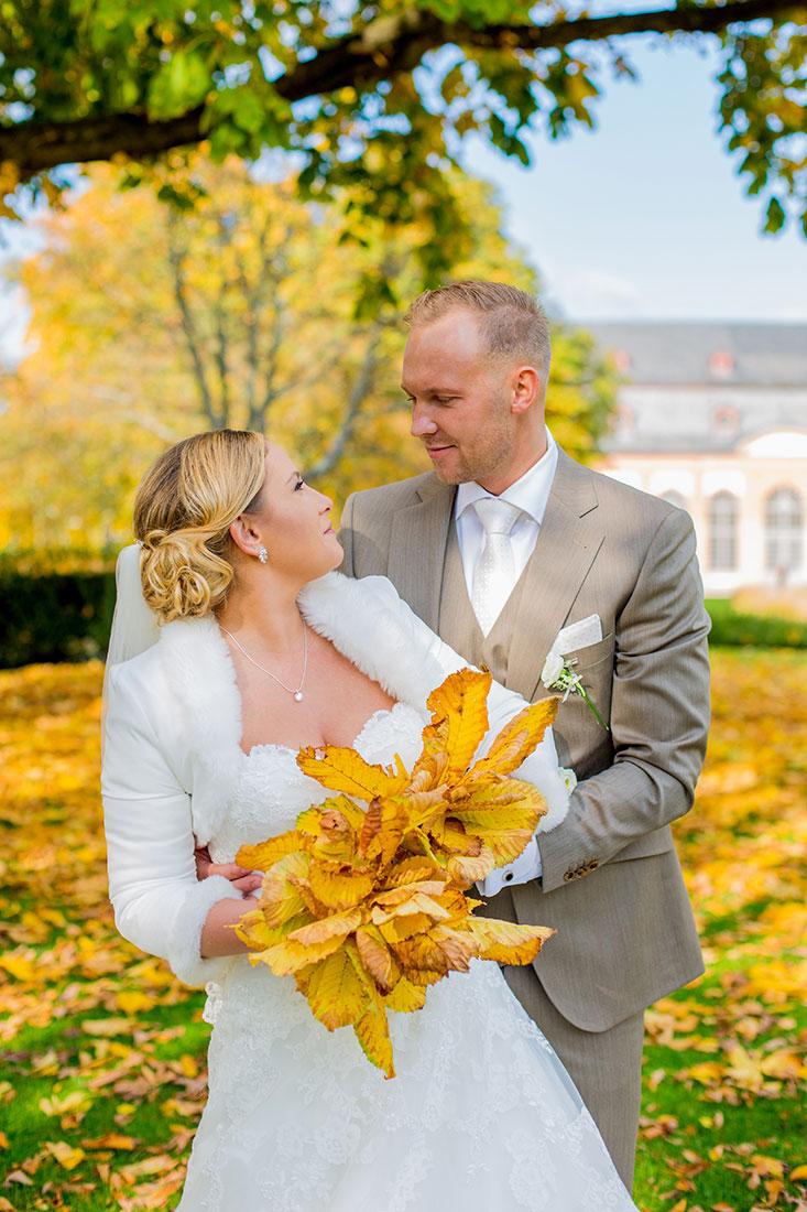 Hochzeit-Mathildenhöhe-Orangerie-Darmstadt-Brautpaar-Laub-Spaß-goldener-Herbst-Sergej-Metzger-Hochzeitsvideo-in-Hannover-Fotograf-Hochzeit-Hildesheim