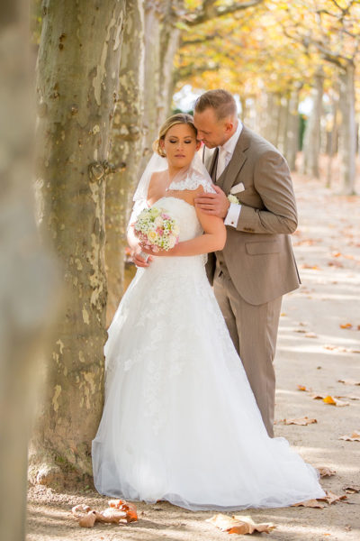 Hochzeit-Mathildenhöhe-Orangerie-Darmstadt-Brautpaar-romantisch-zärtlich-Allee-herbst-Sergej-Metzger-Hochzeitsvideo-in-Hannover-Fotograf-Hochzeit-Hildesheim