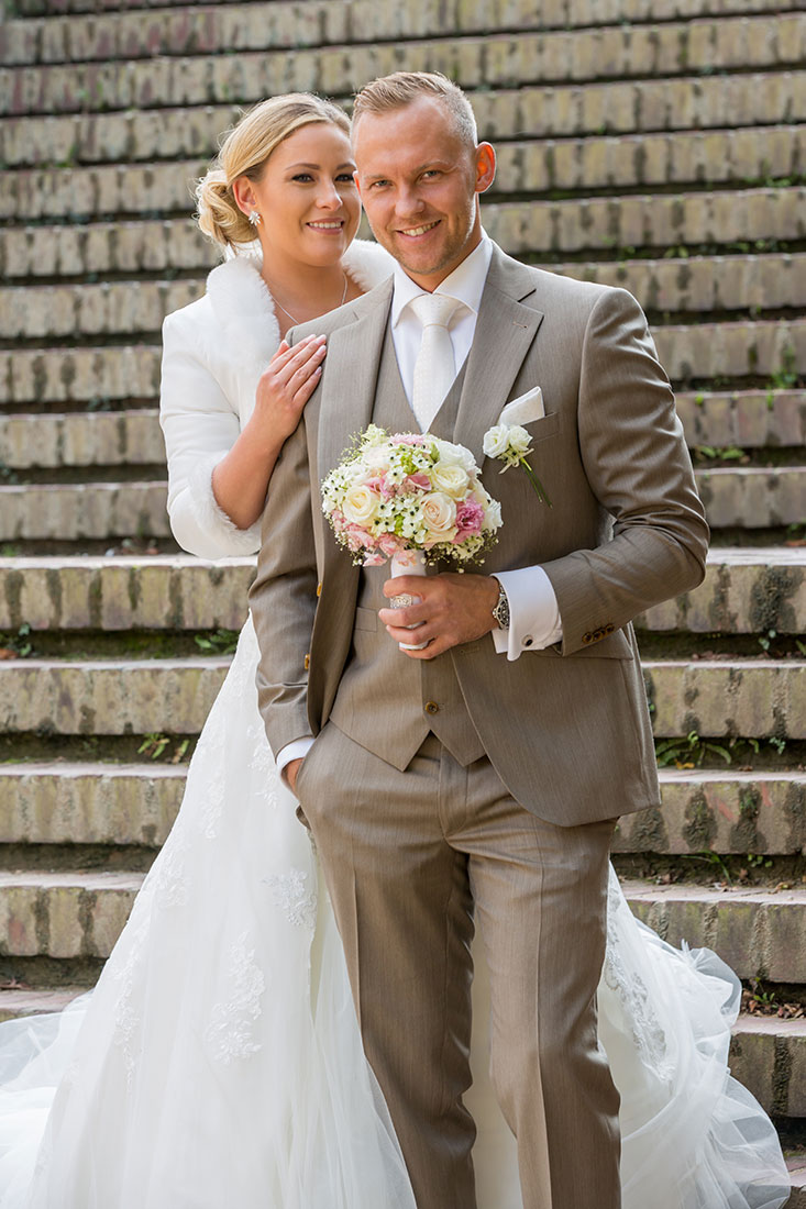 Hochzeit-Mathildenhöhe-Orangerie-Darmstadt-Brautpaar-steht-auf-den-Treppen-Sergej-Metzger-Hochzeitsvideo-in-Hannover-Fotograf-Hochzeit-Hildesheim
