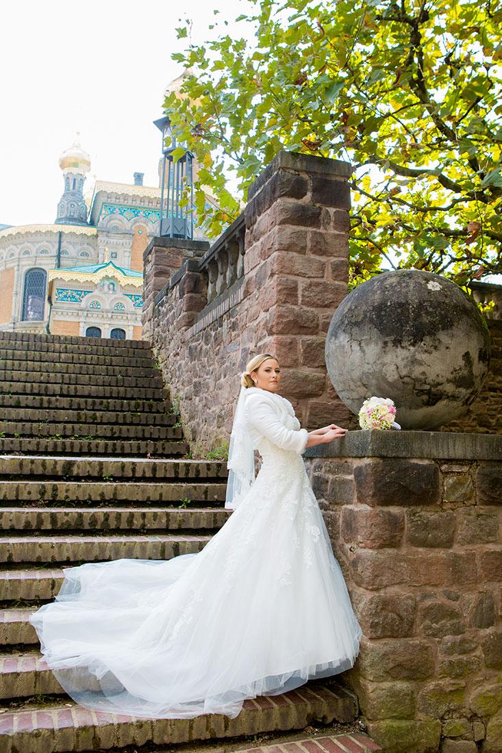 Hochzeit-Mathildenhöhe-Orangerie-Darmstadt-Herbst-Braut-lange-Schleppe-auf-Treppen-Sergej-Metzger-Hochzeitsvideo-in-Hannover-Fotograf-Hochzeit-Hildesheim