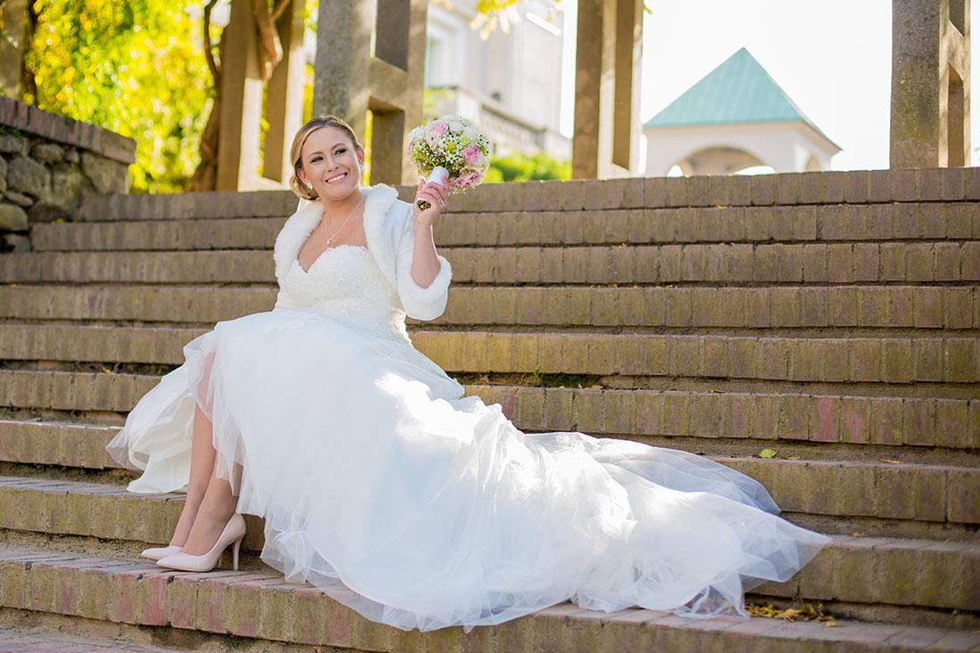 Hochzeit-Mathildenhöhe-Orangerie-Darmstadt-Herbst-Braut-sitzt-Treppen-Freude-Sergej-Metzger-Hochzeitsvideo-in-Hannover-Fotograf-Hochzeit-Hildesheim