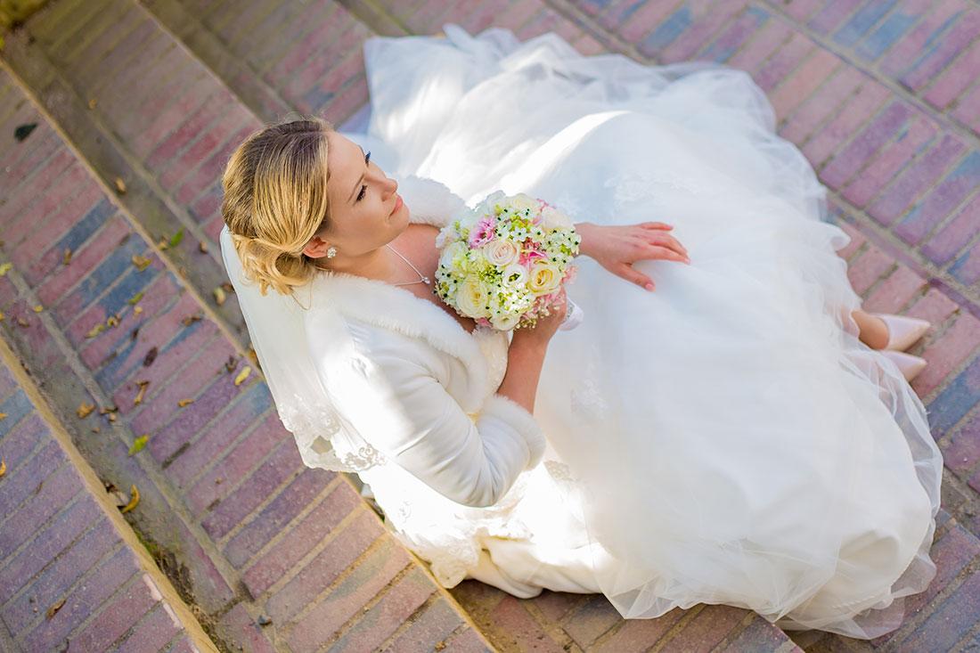 Hochzeit-Mathildenhöhe-Orangerie-Darmstadt-Herbst-Braut-sitzt-auf-Treppen-Vogelperspektive-Sergej-Metzger-Hochzeitsvideo-Hannover-Fotograf-Hochzeit-Hildesheim