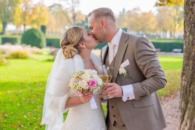 Hochzeit-Mathildenhöhe-Orangerie-Darmstadt-Herbst-Brautpaar-Kuss-Seckt-Brautßtrauß-Sergej-Metzger-Hochzeitsvideo-in-Hannover-Fotograf-Hochzeit-Hildesheim