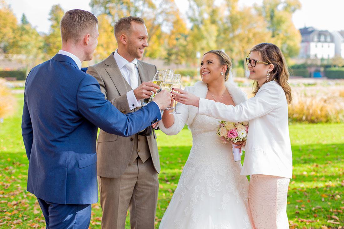 Hochzeit-Mathildenhöhe-Orangerie-Darmstadt-Herbst-Brautpaar-Trauzeugen-Anstoßen-Sekt-Sergej-Metzger-Hochzeitsvideo-in-Hannover-Fotograf-Hochzeit-Hildesheim