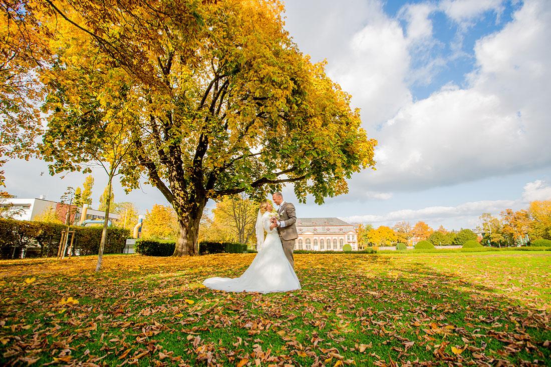 Hochzeit-Mathildenhöhe-Orangerie-Darmstadt-Herbst-Brautpaar-dramatisch-weitwinkel-Sergej-Metzger-Hochzeitsvideo-in-Hannover-Fotograf-Hochzeit-Hildesheim