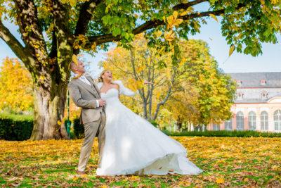 Hochzeit-Mathildenhöhe-Orangerie-in-Darmstadt-Brautpaar-Laub-Spaß-goldener-Herbst-Sergej-Metzger-Hochzeitsvideo-in-Hannover-Fotograf-Hochzeit-Hildesheim