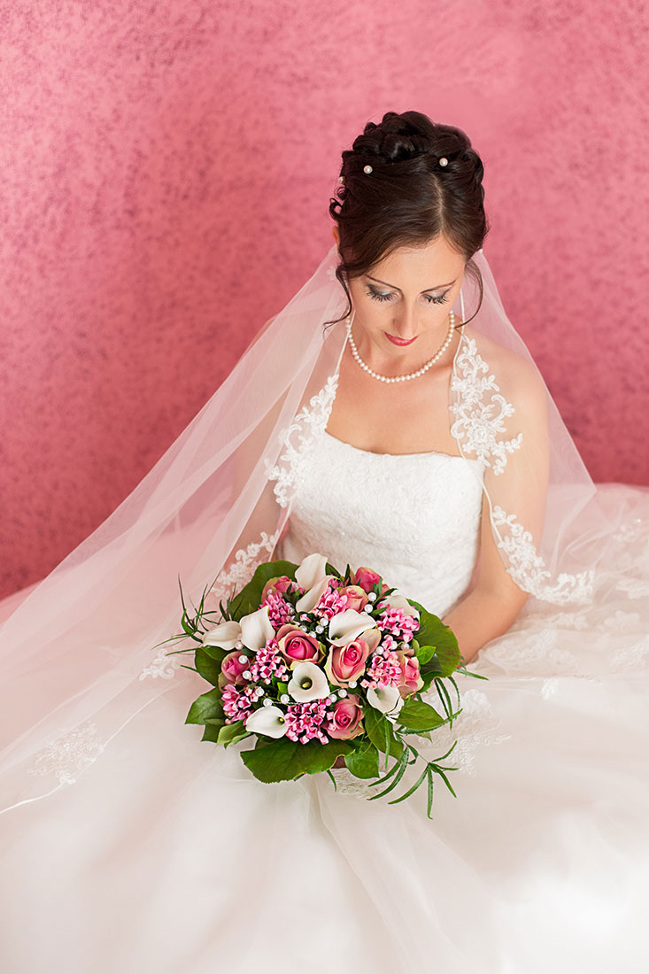 Hochzeit-Neuss-Braut-Blumenstrauß-rot-knall-getting-ready-Sergej-Metzger-Hochzeitsvideo-Hannover-Hildesheim-
