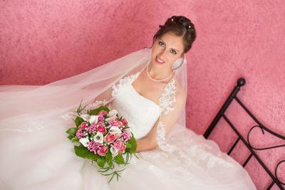 Hochzeit-Neuss-Braut-lacht-Blumenstrauß-rot-knall-getting-ready-Sergej-Metzger-Hochzeitsvideo-Hannover-Hildesheim