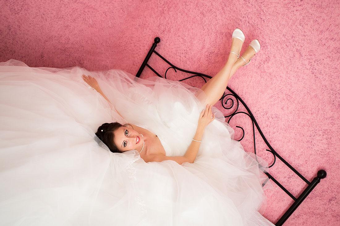 Hochzeit-Neuss-Braut-zeigt-Beine-frei-liegt-Bett-getting-ready-Sergej-Metzger-Hochzeitsvideo-Hannover-Hildesheim