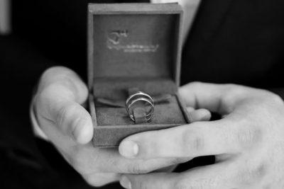 Hochzeit-Ringe-Hände-Bräutigam-getting-ready-schwarz-weiß-Video-Foto-Hannover