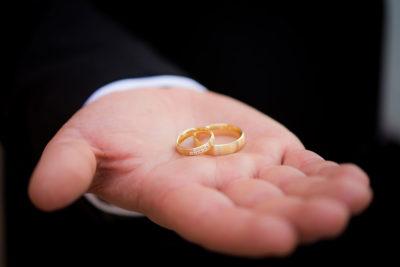Hochzeit-Ringe-auf-der-Hand-Trauringe-Hochzeitsringe-Sergej-Metzger-Hochzeitsvideo-Hannover-Fotograf-Hildesheim