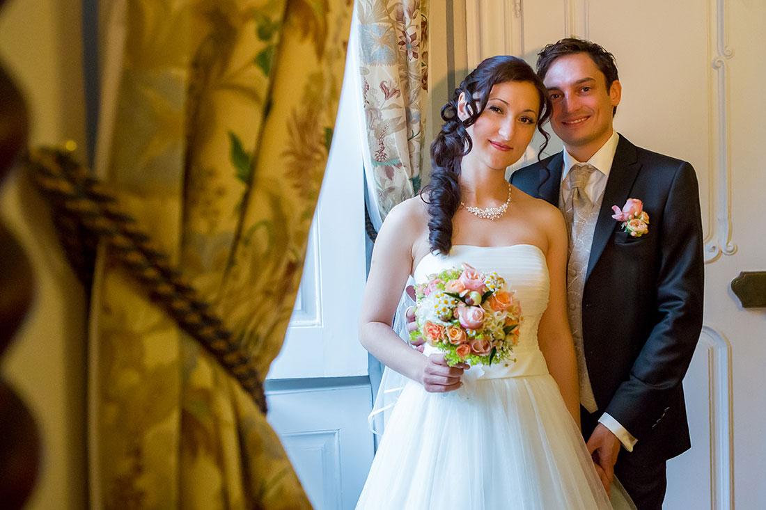 Hochzeit-Schloss-Assumstadt-Möckmühl-Brautpaar-am-Fenster-Glück-romantik-weiches-warmes-Licht-Sergej-Metzger-Hochzeitsvideo-Fotograf-Hannover-Hildesheim