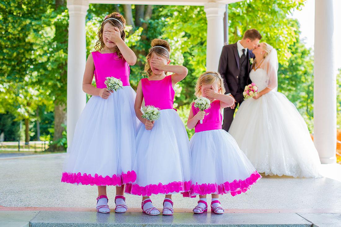 Hochzeit-Schloss-Garten-Tettnang-Brautpaar-Kinder-Blumenmädchen-lustig-Kuss-küssen-verboten-Sergej-Metzger-Video-Foto-Hannover