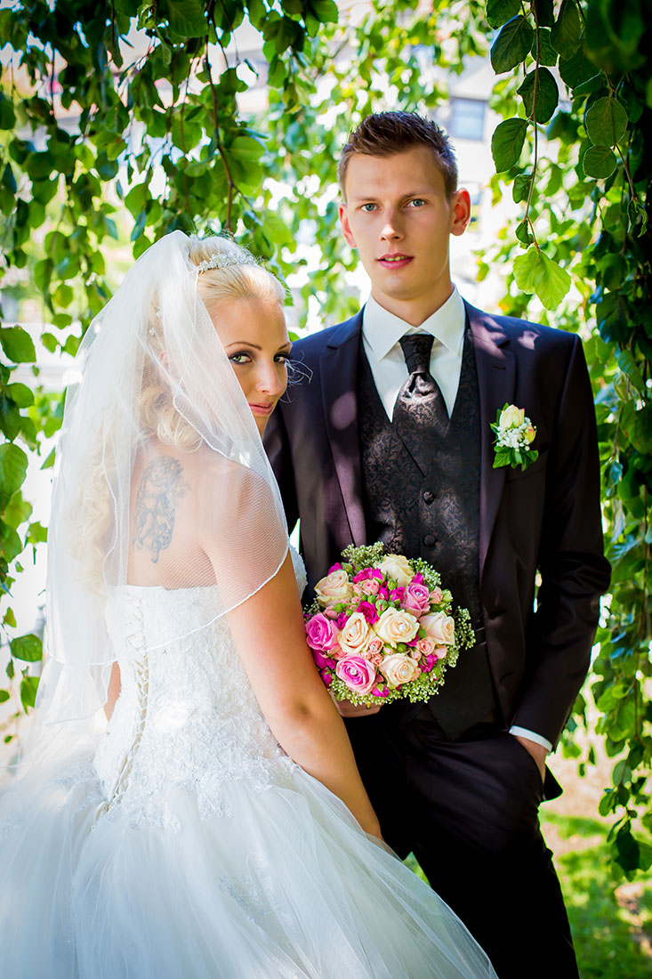 Hochzeit-Schloss-Garten-Tettnang-Brautpaar-geheimnissvoll-Sergej-Metzger-Hochzeitsvideo-Fotograf-Hannover-Hildesheim
