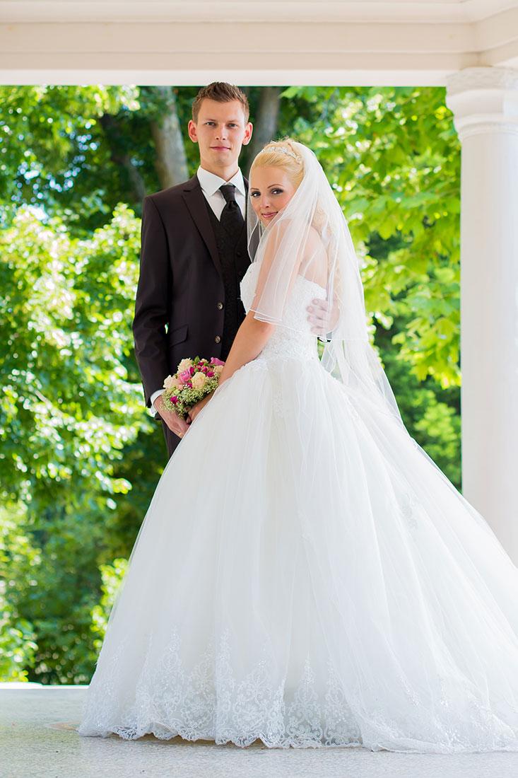 Hochzeit-Schloss-Garten-Tettnang-Brautpaar-romantisch-glücklich-Sergej-Metzger-Hochzeitsvideo-Fotograf-Hannover-Hildesheim