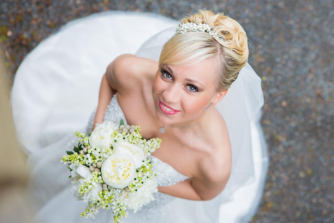Hochzeit-Schloss-Homburg-Nümbrecht-Braut-von-oben-Brautstrauß-Sergej-Metzger-Hochzeitsvideo-Hannover-Fotograf-Hildesheim
