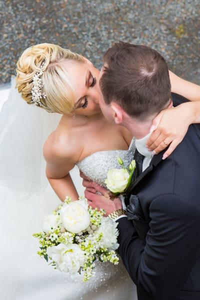 Hochzeit-Schloss-Homburg-Nümbrecht-Brautpaar-Kuss-von-oben-Sergej-Metzger-Hochzeitsvideo-Hannover-Fotograf-Hildesheim