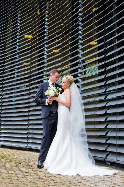 Hochzeit-Schloss-Homburg-Nümbrecht-Brautpaar-Umarmung-Brautstrauß-Sergej-Metzger-Hochzeitsvideo-Hannover-Foto-Hildesheim