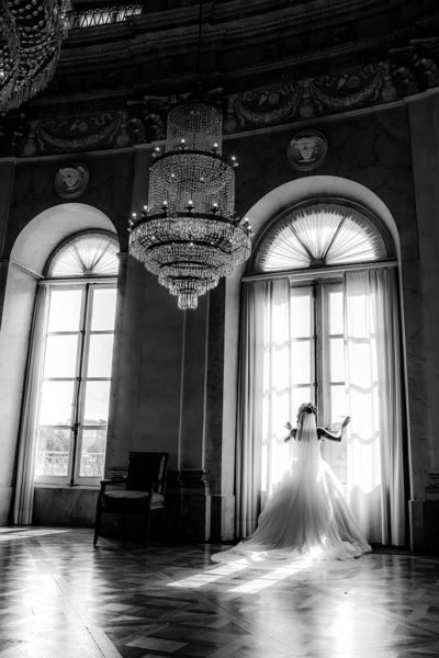 Hochzeit-Schloss-Ludwigsburg-Marmorsaal-Braut-Fenster-schwarz-weiß-Sergej-Metzger-Hochzeitsvideo-Hannover