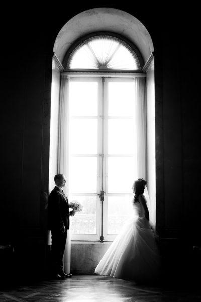Hochzeit-Schloss-Ludwigsburg-Marmorsaal-Brautpaar-am-Fenster-schwarz-weiß-Sergej-Metzger-Video-Hannover