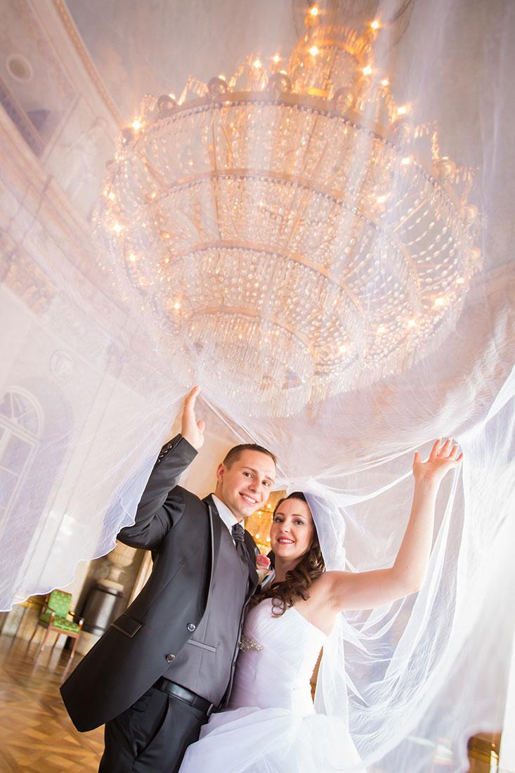 Hochzeit-Schloss-Ludwigsburg-Marmorsaal-Brautpaar-unter-Schleier-Sergej-Metzger-Hochzeitsvideo-Hannover