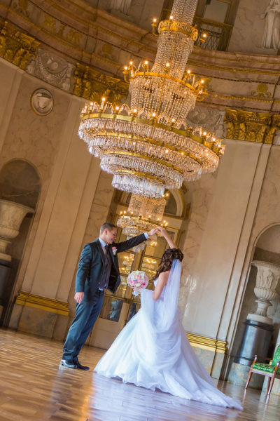 Hochzeit-Schloss-Ludwigsburg-Marmorsaal-Hochzeitstanz-kronleuchte--Sergej-Metzger-Hochzeitsvideo-Hannover