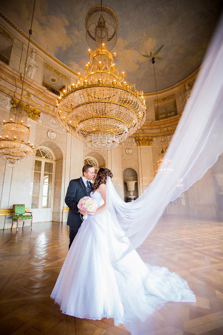Hochzeit-Schloss-Ludwigsburg-Marmorsaal-langer-Schleier-Brautpaar-Sergej-Metzger-Hochzeitsvideo-Hannover