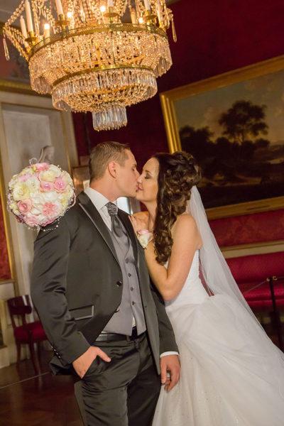 Hochzeit-Schloss-Ludwigsburg-Marmorsaal-romantisch-Kuss--Brautpaar-Sergej-Metzger-Hochzeitsvideo-Hannover
