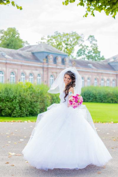 Hochzeit-Schloss-Mittelbau-Garten-Schwetzingen-Braut-tanzt-lachen-glücklich-Video-Foto-Hannover