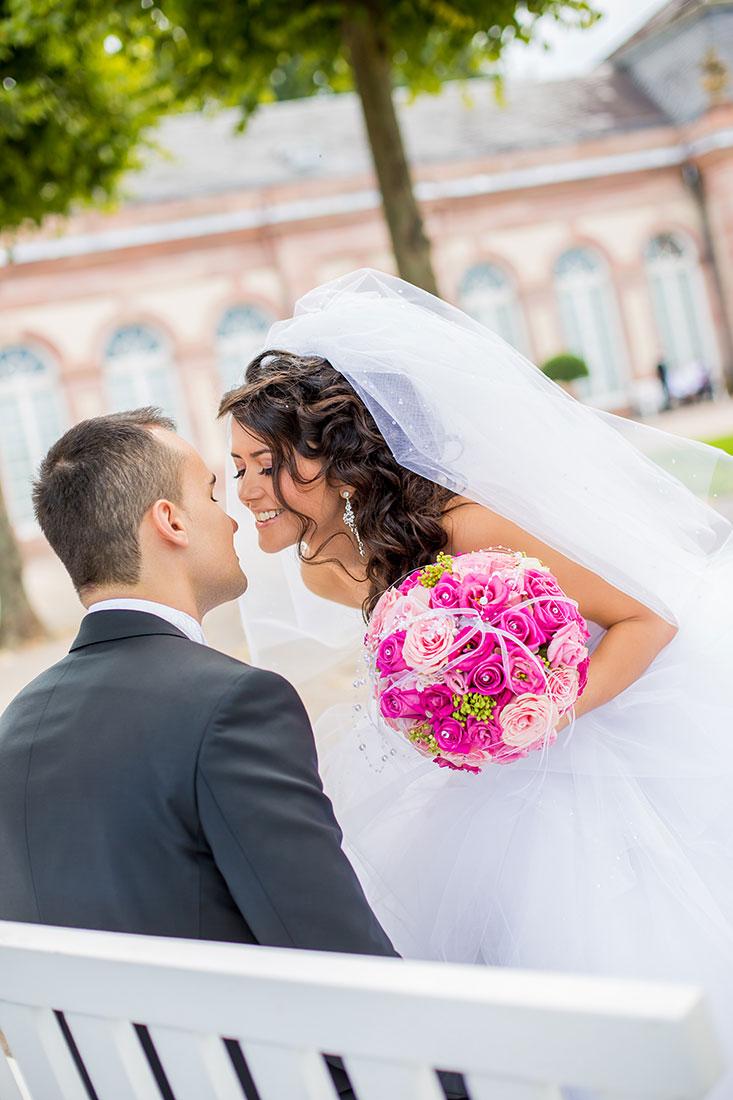 Hochzeit-Schloss-Mittelbau-Garten-Schwetzingen-Kuss-Lachen-Glück-Video-Foto-Hannover