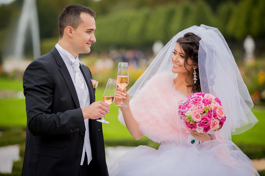 Hochzeit-Schloss-Mittelbau-Schlossgarten-Schwetzingen-sekt--Gläser-glücklich-Video-Foto-Hannover
