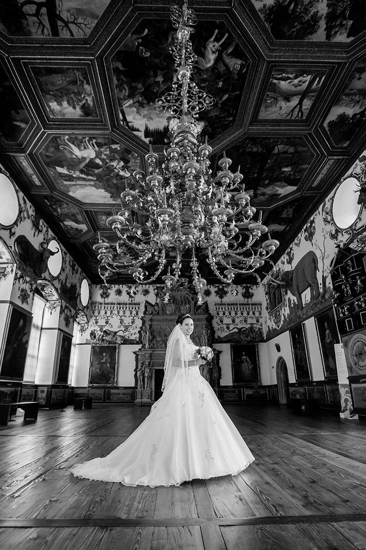 Hochzeit-Schloss-Schlossgarten-Weikersheim-Braut-Schwarz-weiß-Kronleuchte-Sergej-Metzger-Hochzeitsvideo-Hannover-Fotograf-Hildesheim