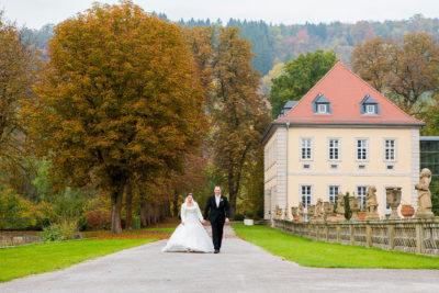 Hochzeit-Schloss-Schlossgarten-Weikersheim-Brautpaar-Allee-Spaziergang-Sergej-Metzger-Hochzeitsvideo-Hannover-Fotograf-Hildesheim