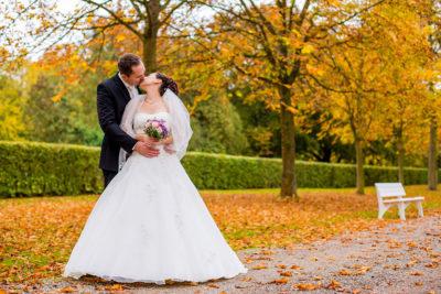 Hochzeit-Schloss-Schlossgarten-Weikersheim-Brautpaar-Allee-Umarmung-Kuss-Sergej-Metzger-Hochzeitsvideo-Hannover-Fotograf-Hildesheim