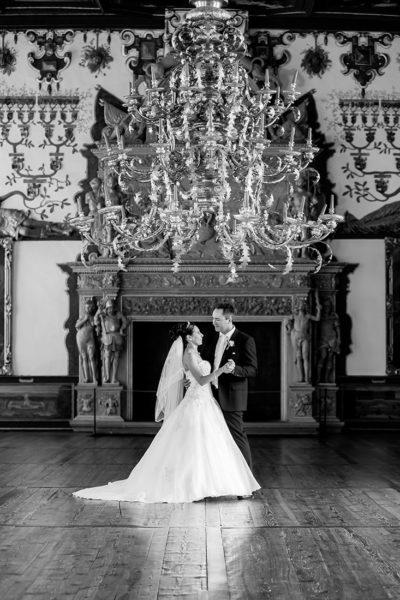 Hochzeit-Schloss-Schlossgarten-Weikersheim-Brautpaar-Hochzeitstanz-Kronleuchte-Sergej-Metzger-Hochzeitsvideo-Hannover-Foto-Hildesheim