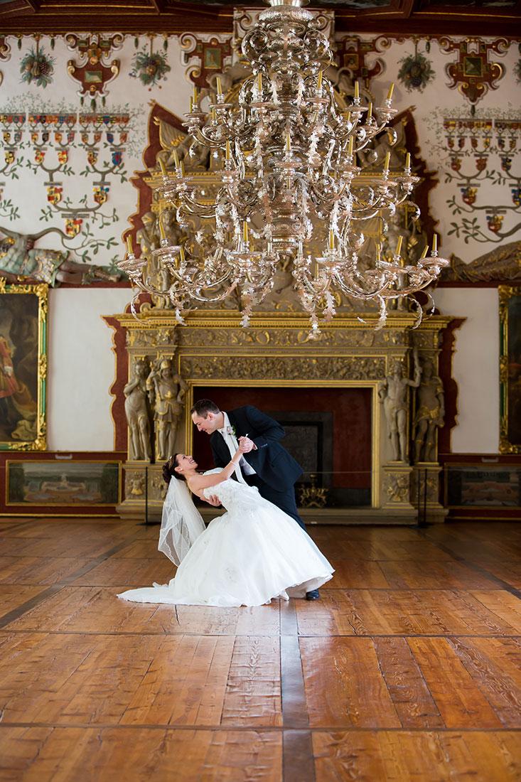 Hochzeit-Schloss-Schlossgarten-Weikersheim-Brautpaar-Hochzeitstanz-Kronleuchte-Sergej-Metzger-Hochzeitsvideo-Hannover-Fotograf-Hildesheim