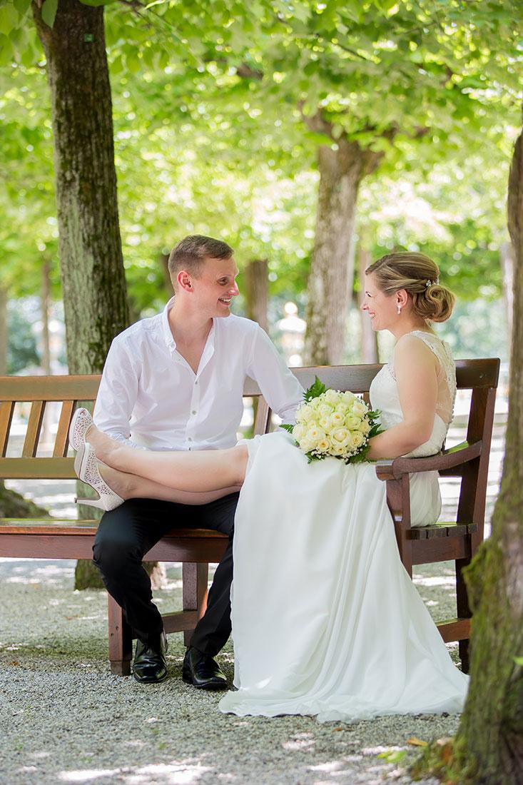 Hochzeit-Schloss-Schlossgarten-Weilburg-Braut-Beine-Bräutigam-lustig-Sergej-Metzger-Hochzeitsvideo-Hannover