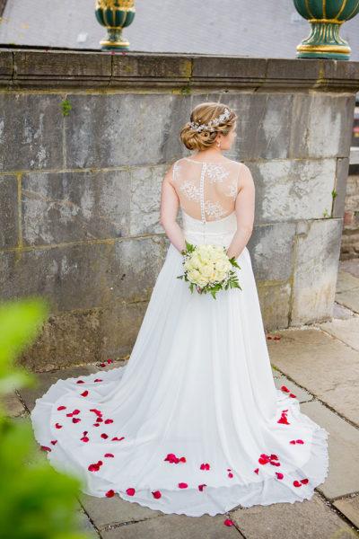 Hochzeit-Schloss-Schlossgarten-Weilburg-Braut-Rücken-Rosenblätter-Fine-Sergej-Metzger-Hochzeitsvideo-Hannover