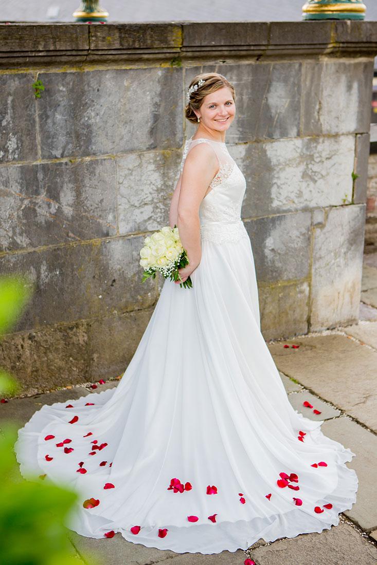 Hochzeit-Schloss-Schlossgarten-Weilburg-Braut-glücklich-rosenblätter-Sergej-Metzger-Hochzeitsvideo-Hannover